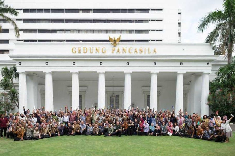 Foreign Minister Retno Marsudi and her staff pose with reusable water bottles in front of the Pancasila Building in Central Jakarta. (Photo courtesy of the Ministry of Foreign Affairs)