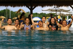 The Jakarta mass media gathered in Bali to learn how to surf