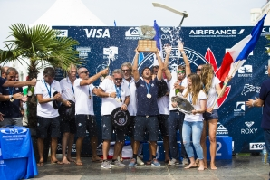 Jeremy Flores, France's Team Captain celebrates historic Team Victory / Credit FFSurf Arrieta