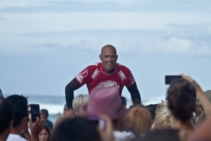 KELLY SLATER WON THE VOLCOM PIPE PRO