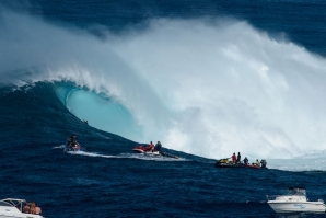 THE GIANT WAVE SUPER SESSION AT PEAHI'S CAPTURED IN 4K