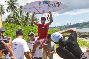 Bali's Darmaputra Tonjo Wins Aceh International Surfing Championship 2017