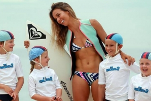 "SALLY FITZGIBBONS: SURFING OU ""SMURFING""?"